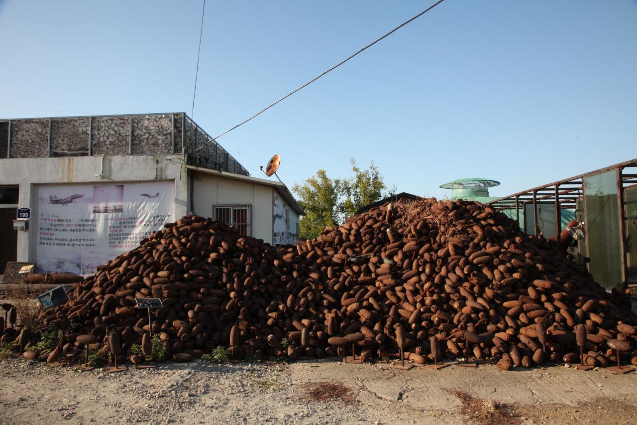 매향리 평화마을에 군사훈련에 쓰고 버려진 포탄들이 수북히 쌓여있다.